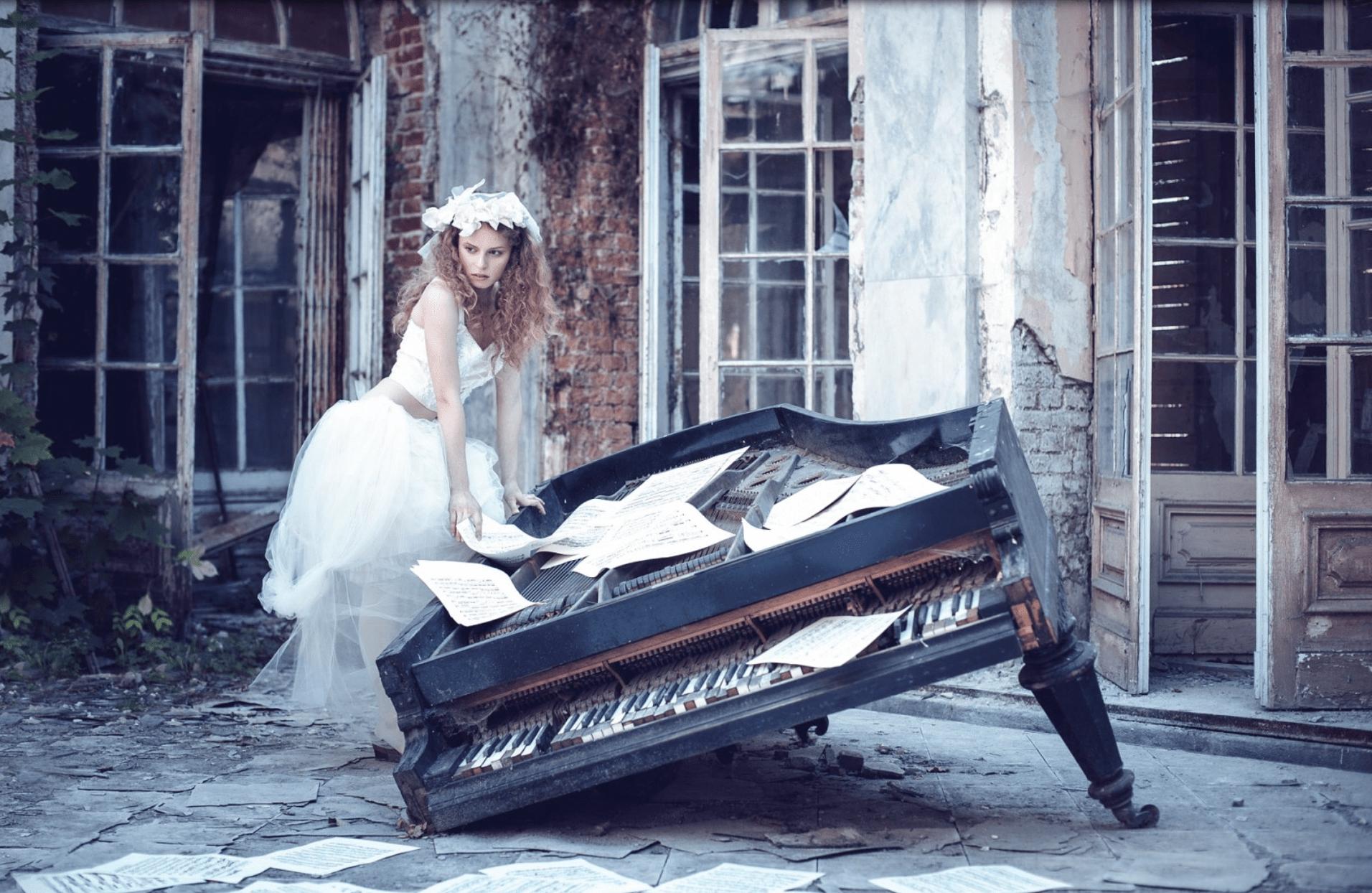 Jeune-etudiante-au-piano-min.
